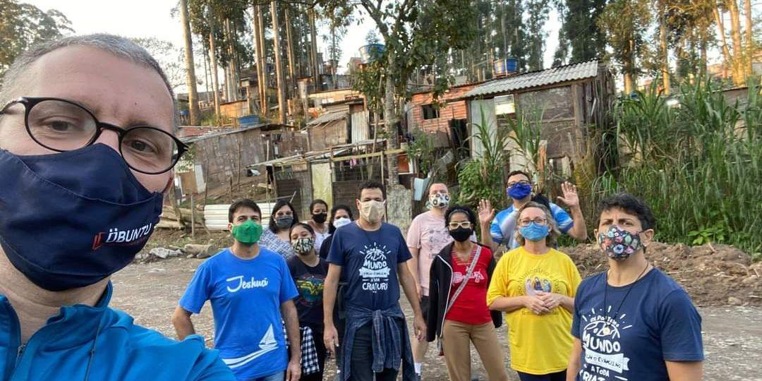 Luca insieme ad alcuni missionari e volontari nella favela Nova Cana